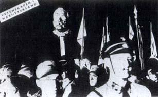 Bücherverbrennung auf dem berliner Opernplatz: Die Büste von Magnus Hirschfeld wird zum Scheiterhaufen getragen